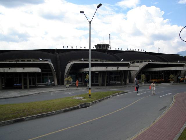 Entrada del Aeropuerto Olaya Herrera de Medellín