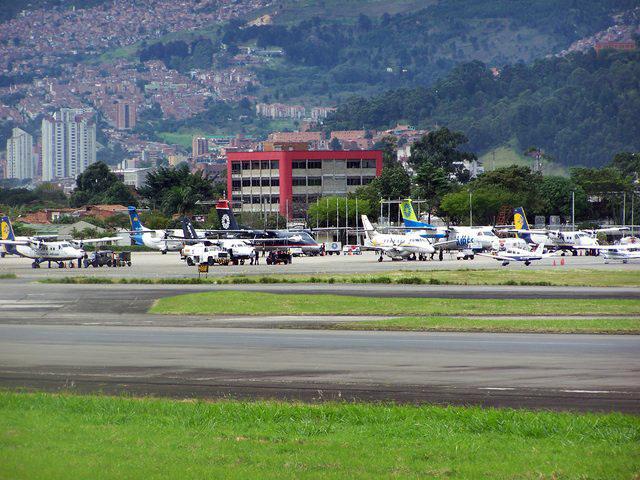Plataforma del Aeropuerto Olaya Herrera en hora pico