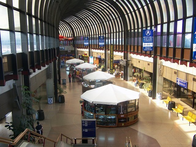 Interior Aeropuerto José María Córdova a las 1400 horas