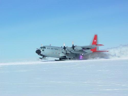 Lockheed C-130D Hercules con sistema JATO para despegues