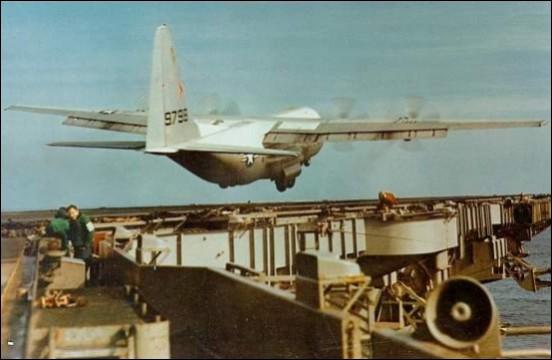 Lockheed C-130 Hercules aterrizando en el Portaaviones USS Forrestal