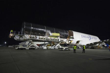 747 Dreamlifter transportando secciones del fuselaje del 787