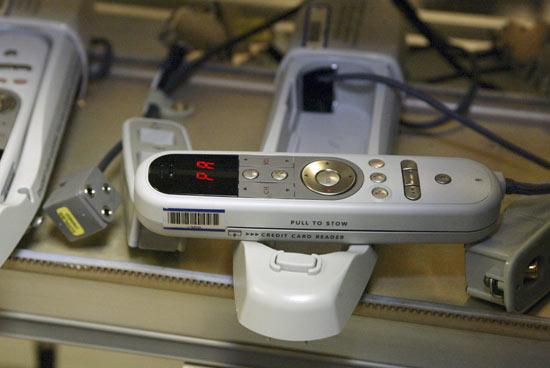 Vista de cerca de la manija de control de los sistemas audiviosuales del 787
