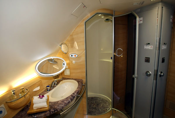 Emirates A380 Restroom - Aviacol.net
