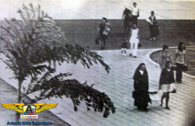 Grupo de mujeres que descendieron en Aruba. Entre ellas, en primer plano, la religiosa Blanca Rubio