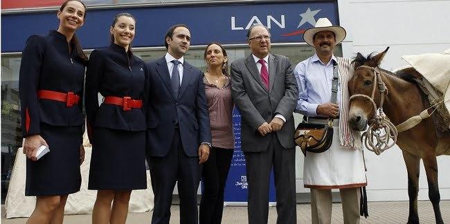 Juan Valdez, su mula Conchita y funcionarios de LAN