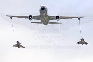 """Boeing 767 """"Jupiter"""" y Aviones Kfir en formación."""