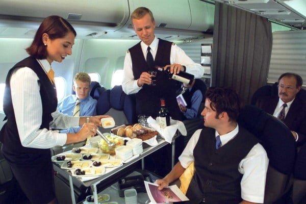 Españoles ocupan el tercer lugar entre los pasajeros que más comen a la hora de volar   Aviacol.net El Portal de la Aviación