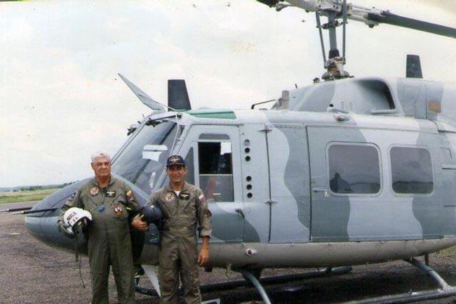 Capitán Jaime Borda como tripulante de helicóptero naval colombiano