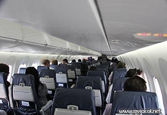 Pasajeros a bordo de un avión comercial