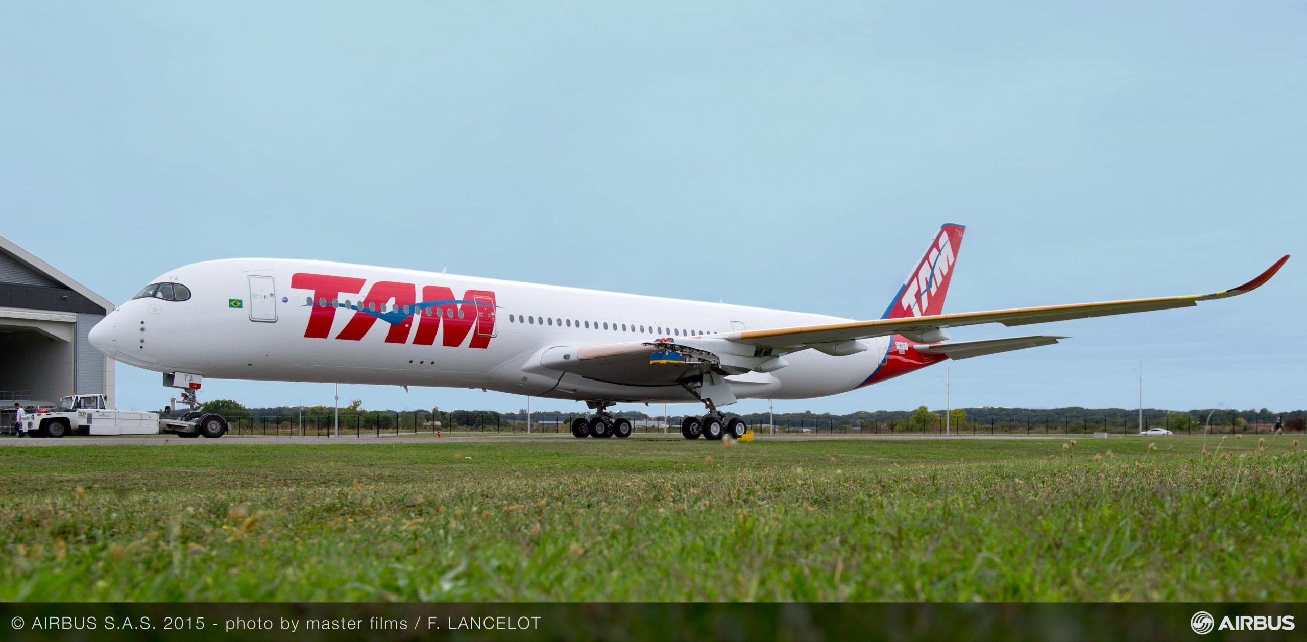 Primer A350XWB de TAM, saliendo del hangar de pintura.