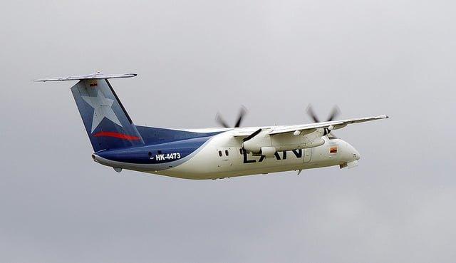 Dash8-200 de LAN despegando de Bogotá.