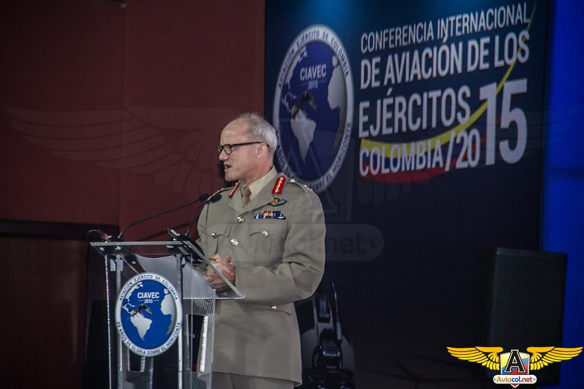 Mayor General Richard Felton, Comandante del Comando Conjunto de Helicópteros del Reino Unido, durante CIAVEC 2015