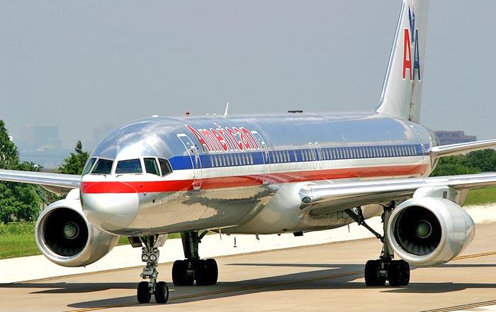 Boeing 757-200 de American Airlines llegando a plataforma