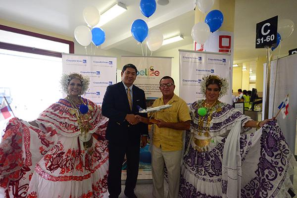 Adolfon Sen y Manuel Heredia, Ministro de Turismo de Belice durante el vuelo inaugural