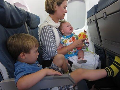 Acomodando a los niños en el avión