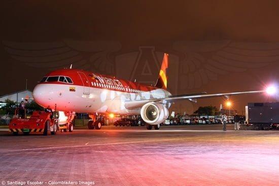 Airbus A320 de Avianca de noche en Bogotá