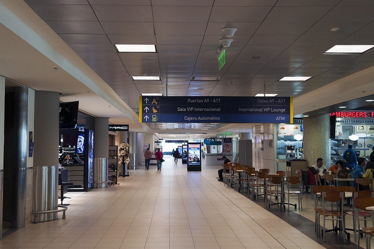 Pasillo de la Terminal Internacional del Aeropuerto Mariscal Sucre