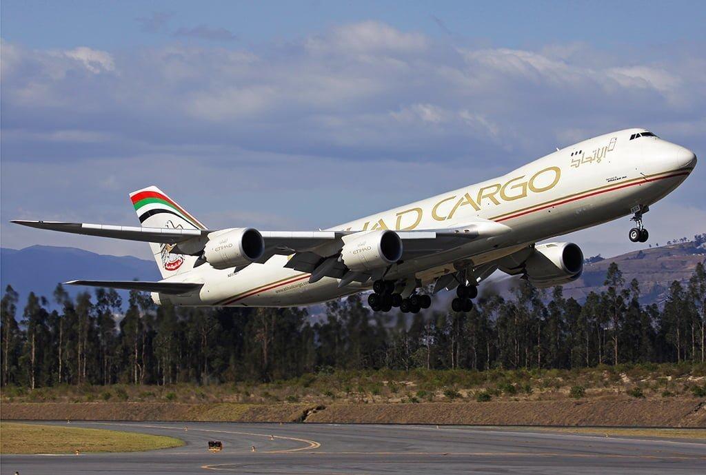 Boeing 747-8 de Etihad Cargo despegando