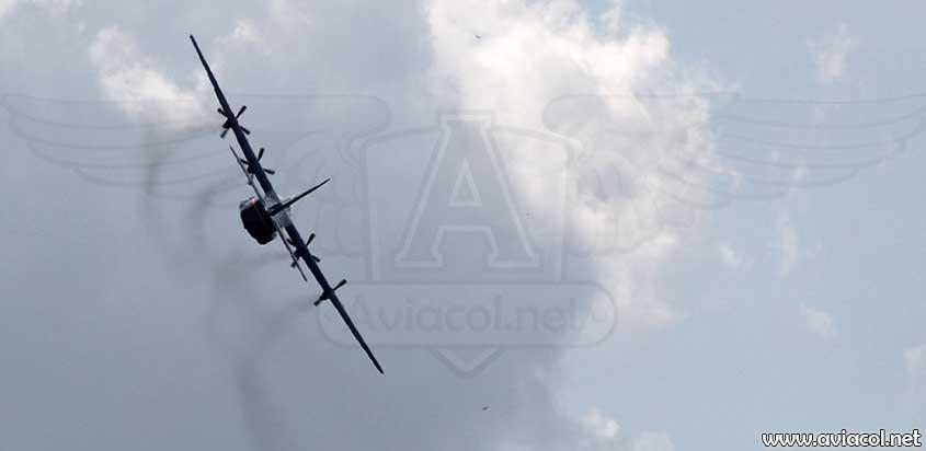 Aviones de gran tamaño haciendo acrobacia