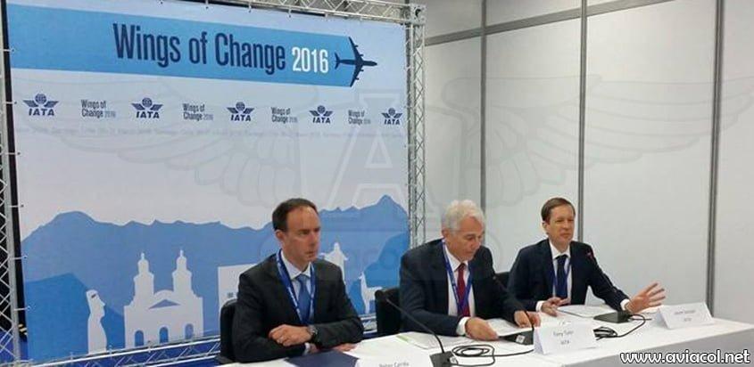 Izq. a der.: Peter Cerda, Vpte. de IATA para las Américas; Tony Tyler, Director de la IATA; y Jason Sinclar, Gte. de Comunicaciones de IATA para la región