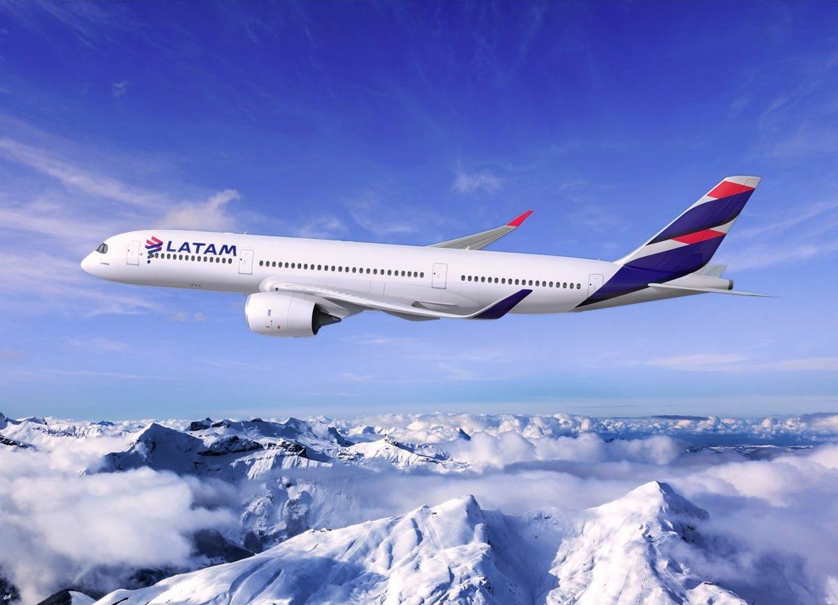 Render Airbus A350 de LATAM Airlines sobre la Cordillera de los Andes