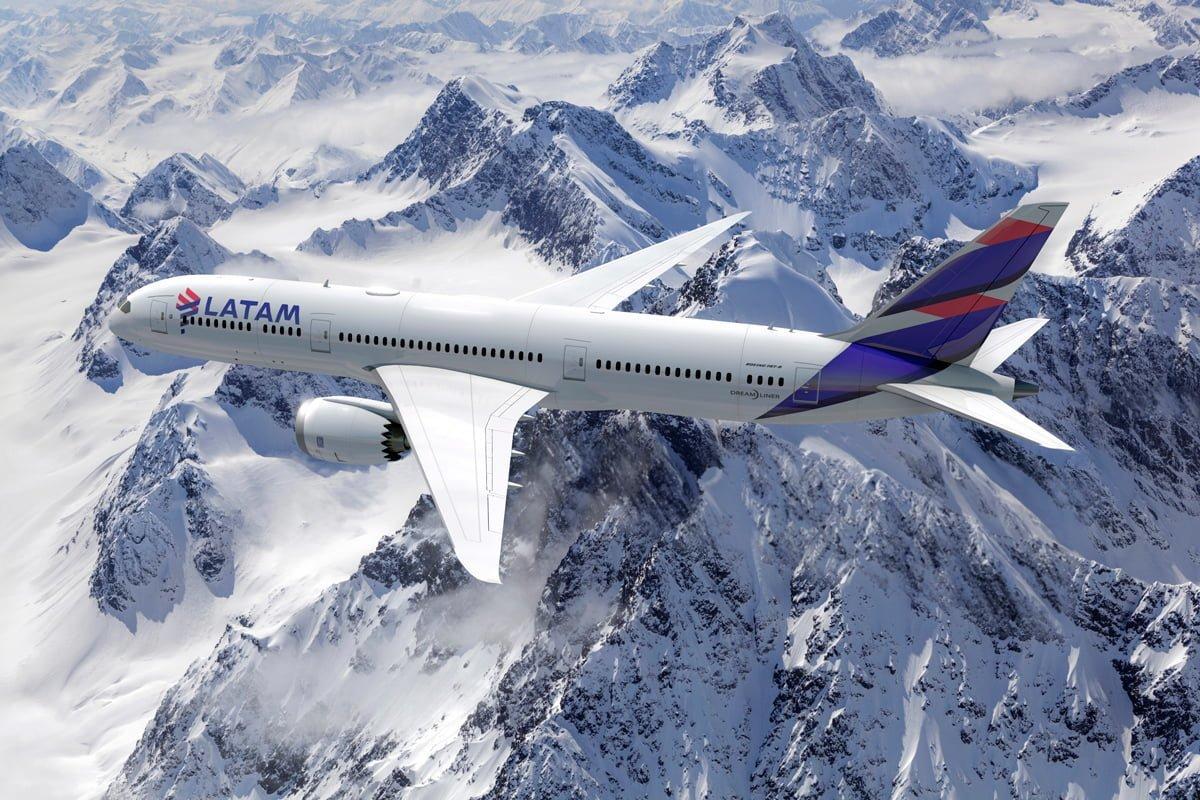 Render Boeing 787-9 de LATAM Airlines sobre la Cordillera de los Andes