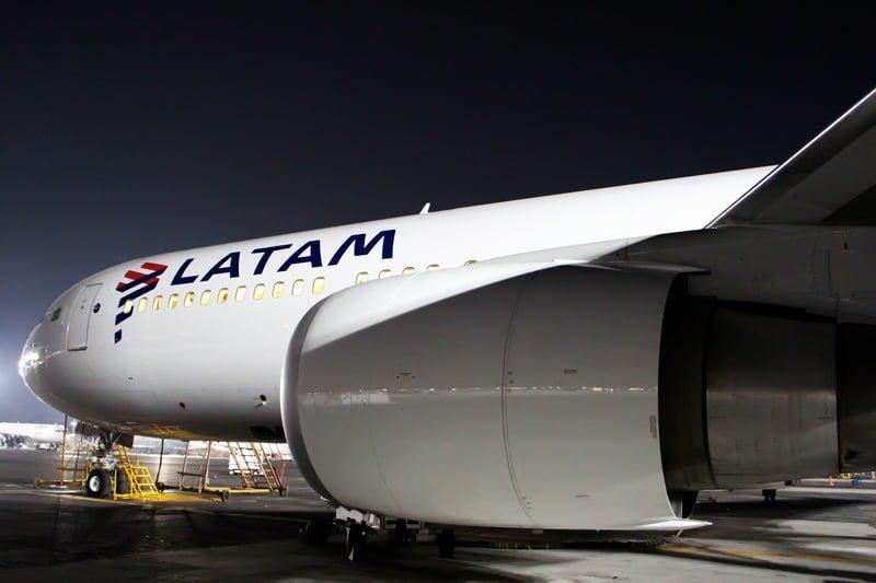 Vista desde el motor del primer avión con los colores de LATAM Airlines