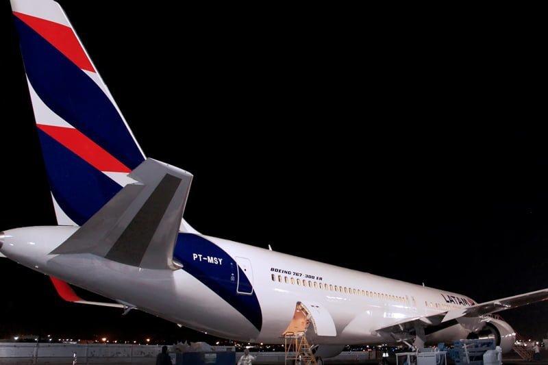 Vista posterior del primer avión con el livery de LATAM Airlines