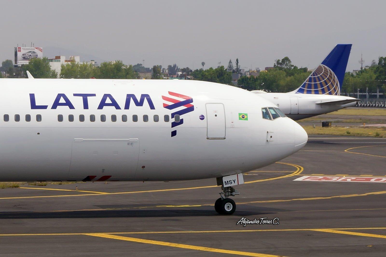 Vista lateral del primer avión con el livery de LATAM Airlines