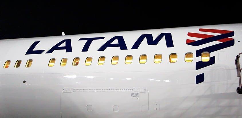 Logo de LATAM Airlines en el primer avión con los colores de la marca: un Boeing 767-300ER