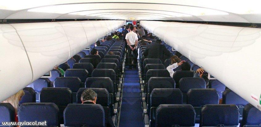 Interior de un Airbus A320 de VivaColombia