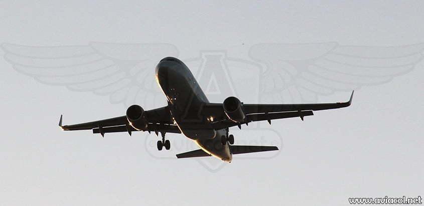 Avión aterrizando en el atardecer