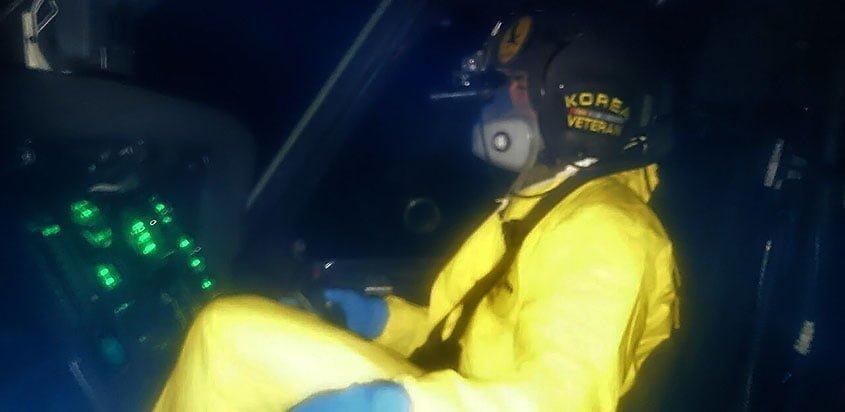 Piloto de helicóptero de la FAC empleando traje de Bioseguridad