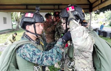 Paracaidistas militares peruanos