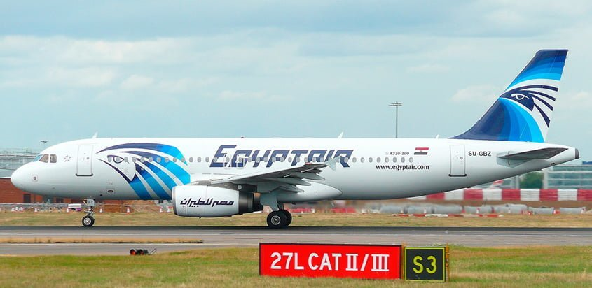 Airbus A320 de EgyptAir en rodaje en el Aeropuerto Heathrow de Londres, Inglaterra