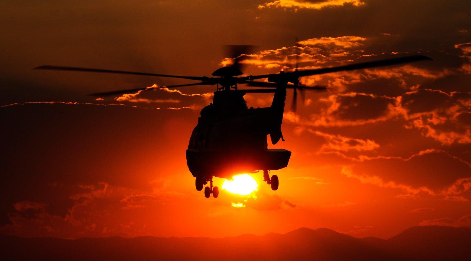 Helicóptero H215 de Airbus Helicopters en vuelo al atardecer