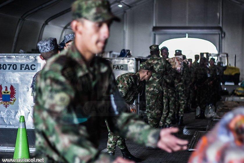 Soldados alistando carga humanitaria para Ecuador