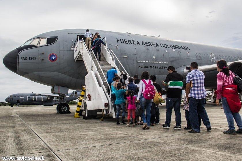 Repatriados colombianos abordando Boeing KC-767