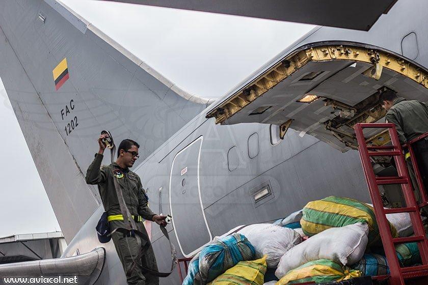 Tripulación alistando Boeing KC-767 para vuelo