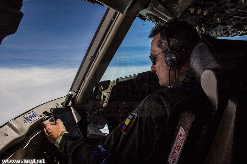 Boeing KC-767 de la FAC volando a Ecuador