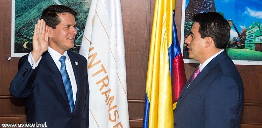 Alfredo Bocanegra, izquierda, toma el juramento de parte del Ministro de Transporte Jorge Rojas