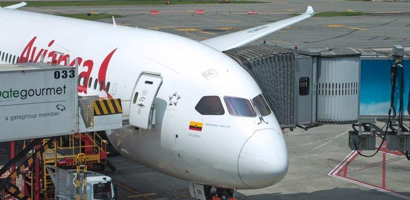 """Boeing 787-8 """"Dreamliner"""" de Avianca en gate en Bogotá."""