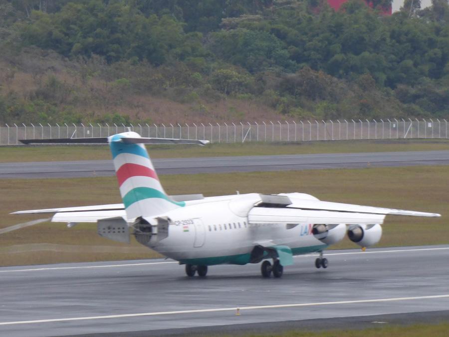 Avro RJ85 matrícula CP-2933 aterrizando en Rionegro.