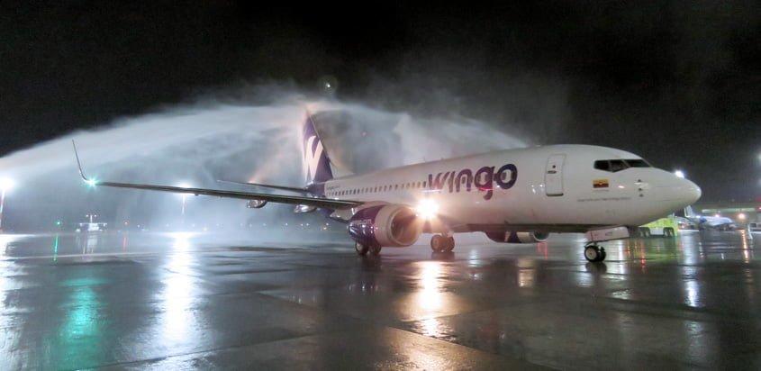 Boeing 737-700 de Wingo llegando a Quito, Ecuador en su vuelo inaugural.