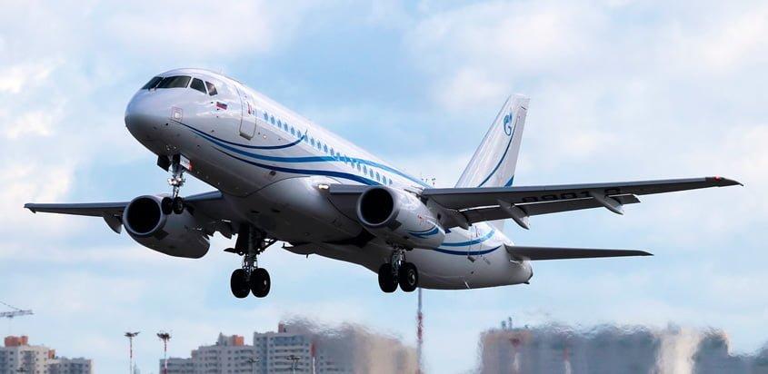 Sukhoi Superjet 100LR despegando.