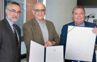Julio Glinternick, Germán Efromovich y Hernán Rincón en la entrega de la condecoración.