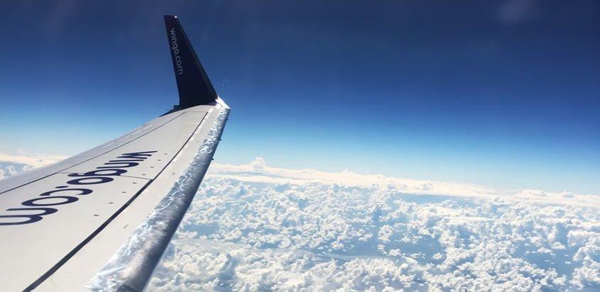 Plano de un Boeing 737-700 de Wingo en vuelo.