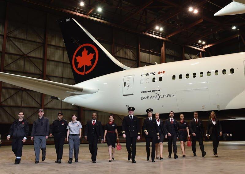 Nuevos Uniformes de Air Canada con Boeing 787 en el fondo.