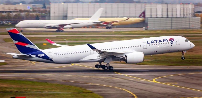 Airbus A350 de LATAM Airlines despegando de Toulouse, Francia.